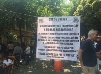 Trabajadores de Coyoacán exigen pago y cierran oficinas
