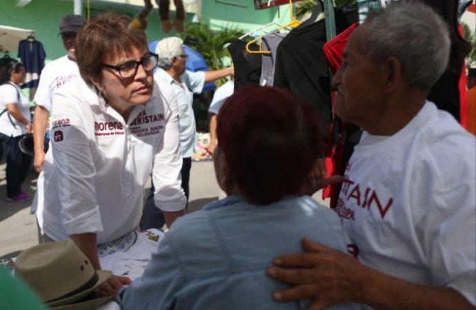 Laura Beristain escucha los abusos que viven los tianguistas de La Colosio