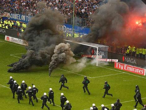 Caos en el estadio del Hamburgo por descenso