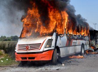 Queman 3 camiones de pasajeros en Edomex; exigen justicia por muerte de taxista