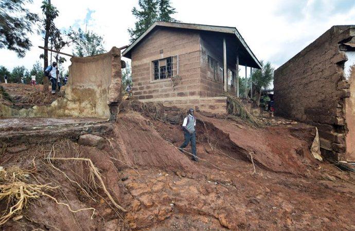 Suman 47 muertos por presa colapsada en Kenia