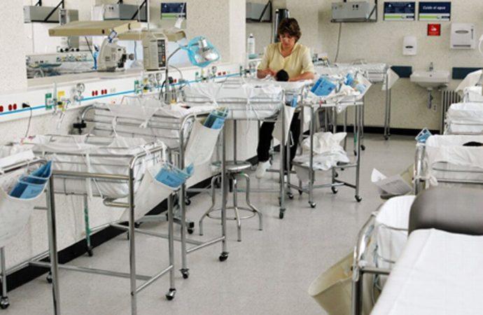 Exhuman restos para realizar necropsia a 4 bebés fallecidos en hospital de Morelos