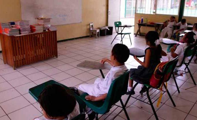 Aplican descuentos por faltas a 69 mil maestros de educación básica