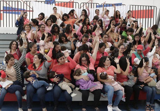 Decenas de mujeres participaron en Minuto Mundial de la Lactancia en Chapultepec