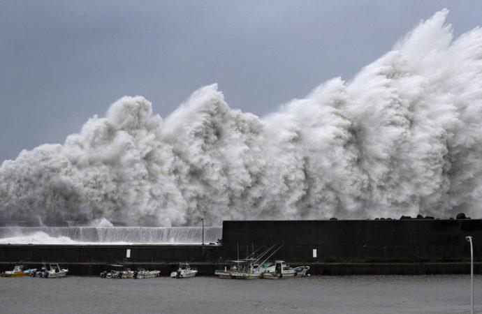 Golpea a Japón el mayor tifón en los últimos 25 años