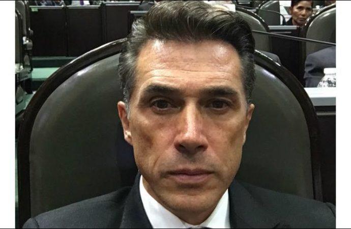 Diputado Sergio Mayer es objeto de burlas al confundir a estudiante con actor porno
