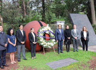 Marko Cortés coloca ofrenda en honor a Don Manuel Gómez Morín, en el 79 aniversario del PAN