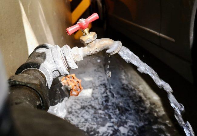 Llega el agua a cinco alcaldías… sucia y con sarro