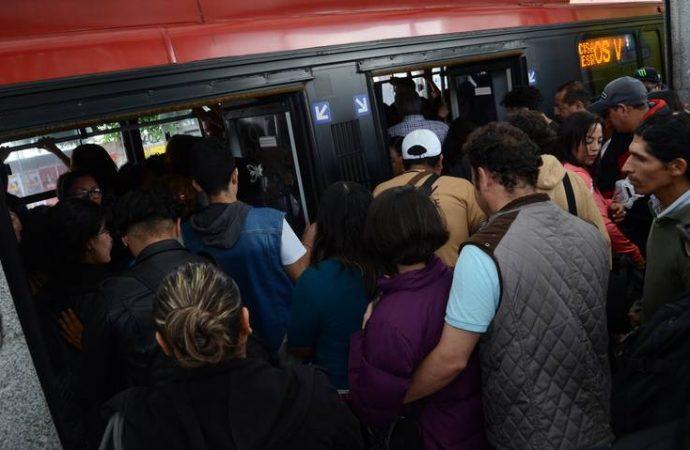 Solo 8 agentes encubiertos cuidan el Metrobús