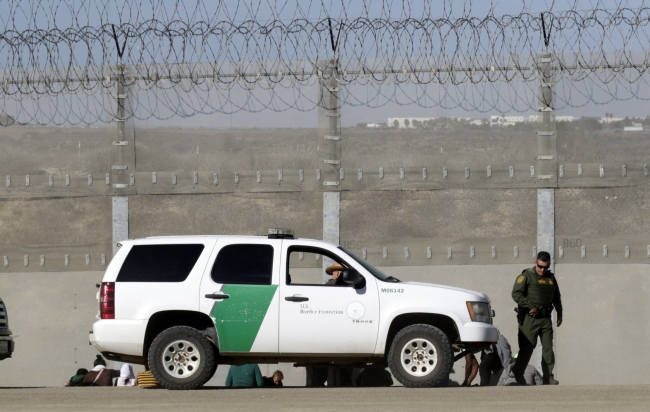 Arresta EU a 42 migrantes centroamericanos tras incidente fronterizo