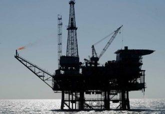 Precios del petróleo frenan su desplome pese a exceso de oferta