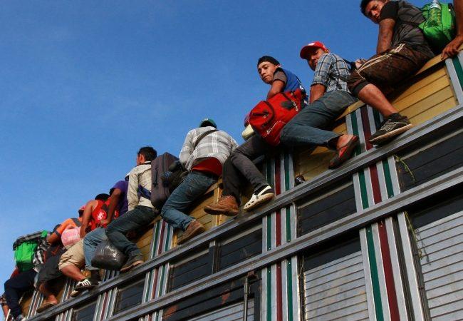 Desde Naucalpan, migrantes centroamericanos avanzan hacia Querétaro