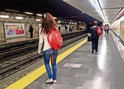 Ordenan retirar del Metro carteles sobre el IVA con nombre de Morena