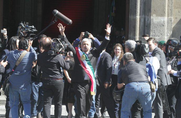 López Obrador recibe muestras de alegría en Palacio Nacional