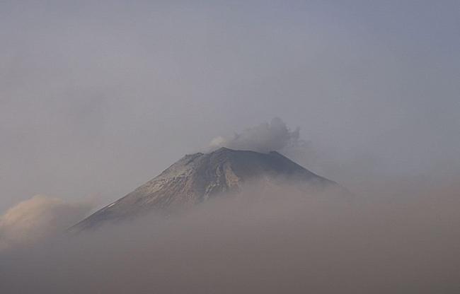 Popocatépetl emite fumarola de 2.5 kilómetros de altura