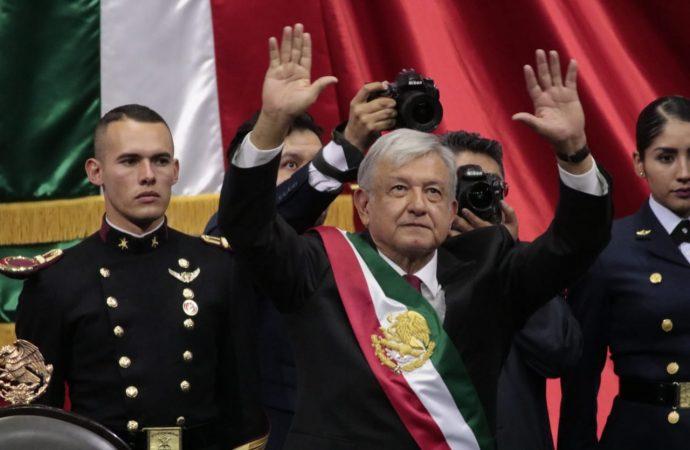 Un victorioso y sonriente Andrés Manuel López Obrador recibe Banda Presidencial