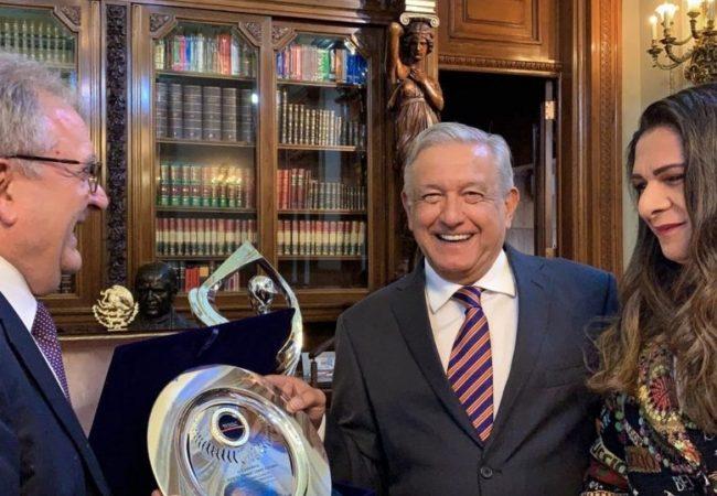 Nombran a López Obrador embajador del béisbol en el mundo