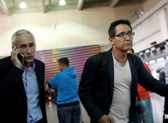 Periodista Jorge Ramos y su equipo salen de Caracas tras su deportación