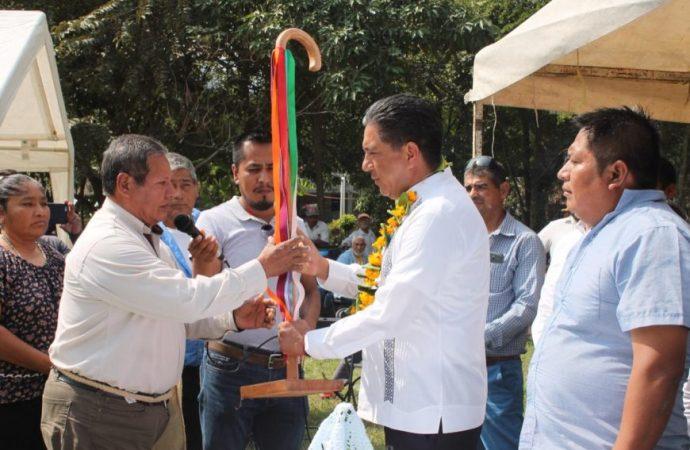 Comunidades de la zona Tenek de Ciudad Valles entregan bastón de mando al senador Marco Gama
