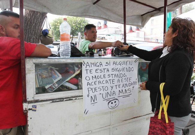 Ambulantes ofrecen silbatos en el Metro para prevenir acoso y secuestro