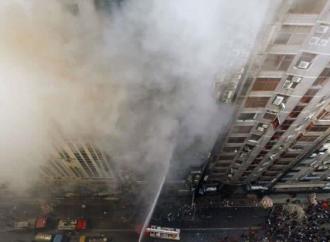 Reportan 17 muertos y 50 heridos por incendio en torre en Bangladesh