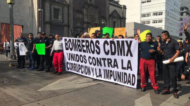 Bomberos marchan en la CDMX contra del líder sindical Ismael Figueroa