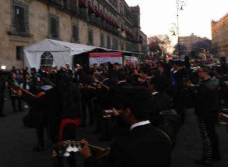 "Con ""México lindo y querido"" mariachis de Garibaldi se manifiestan frente a Palacio Nacional"