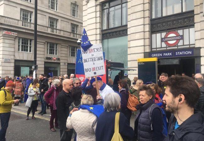 Miles de personas marchan por rechazo a Brexit y piden nuevo referéndum