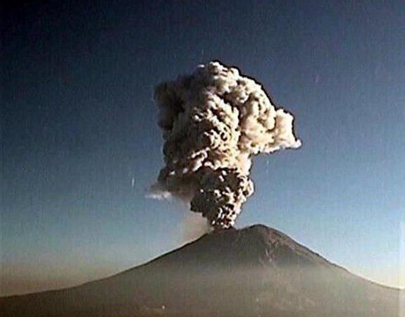 Emite volcán 38 exhalaciones acompañadas de vapor de agua y gas