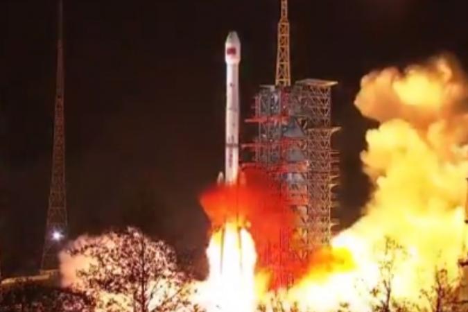 Lanza China nuevo satélite de retransmisión de datos
