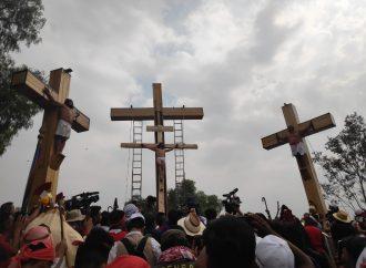 Pasión y fe en tres caídas, crucifican al Cristo de Iztapalapa