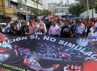 Maestros de la CNTE marchan del Zócalo a la Cámara de Diputados