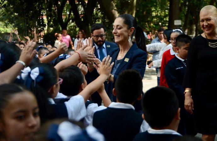 Gobierno capitalino entrega más de 200 mil pesos para mejorar escuelas