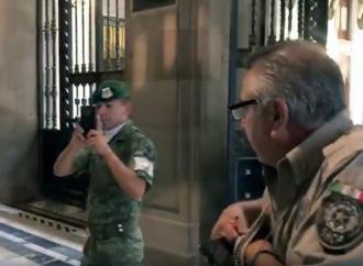 Militares graban a periodistas de la Fuente Presidencial en Palacio Nacional