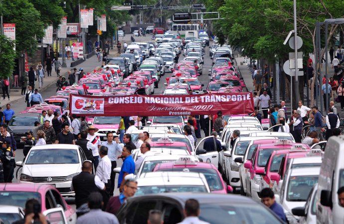 Caos vial por bloqueos de taxistas en Reforma y Circuito Interior