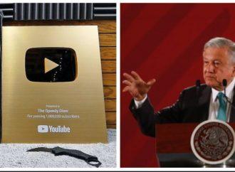 AMLO acepta Botón de Oro de YouTube por más de un millón de suscriptores