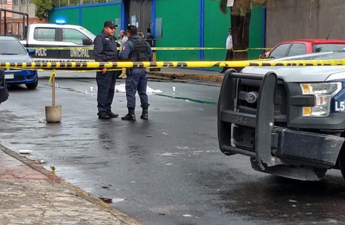 Balacera afuera de escuela en Neza deja un muerto y un niño herido