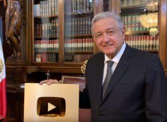"""AMLO presume Botón de Oro de YouTube, lo dedica a las """"benditas redes"""""""