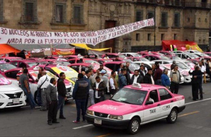 Manifestación de taxistas genera largas filas en Metro y Metrobús