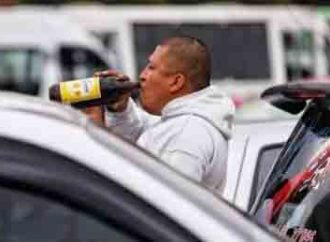 Con sus 'caguamas', taxistas protestan en el Zócalo CDMX