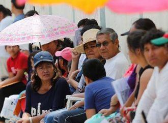 """Jóvenes presentan examen, miles de padres """"aguantan"""" a la salida"""