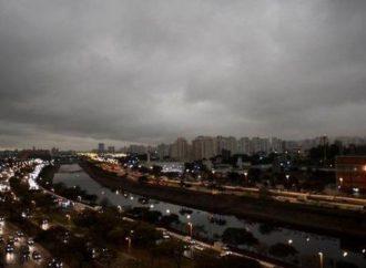 Sao Paulo, en plena oscuridad a las tres de la tarde