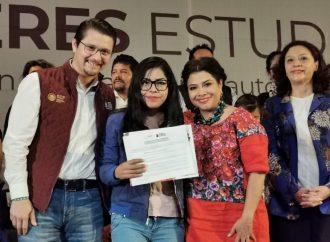 Entregan apoyos a mujeres que retomaron sus estudios en Iztapalapa