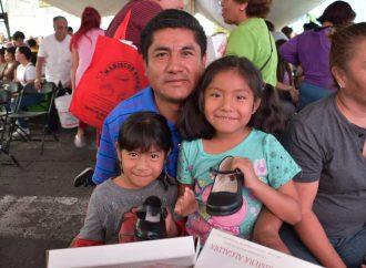 Entregan 5,500 pares de zapatos en Iztapalapa
