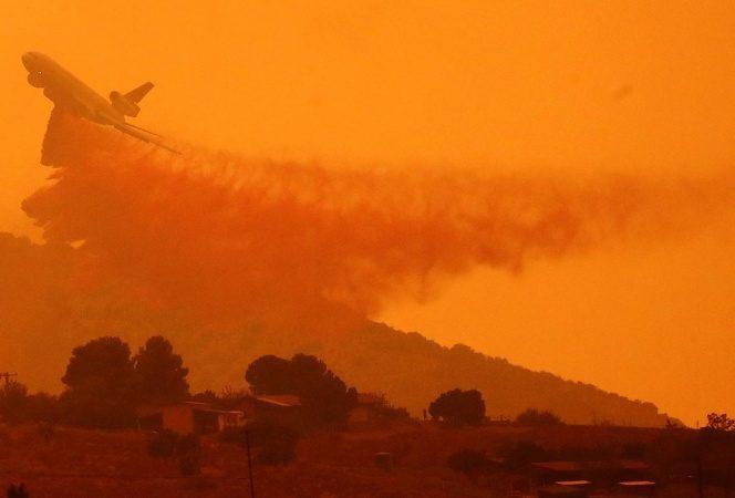 Bomberos luchan para sofocar incendio 'apocalíptico' en oeste de EU