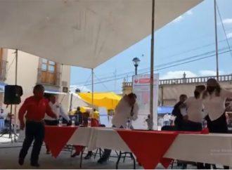Agarran a 'huevazos' a Fernández Noroña durante evento del PT