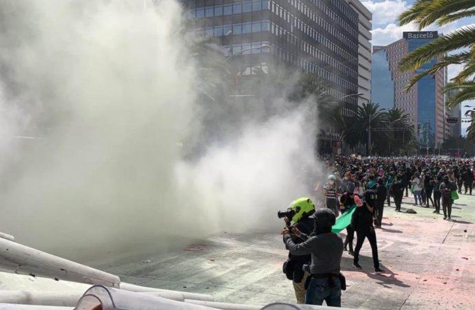 Encapsulan a feministas; lanzan gas pimienta en marcha pro aborto