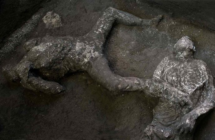 Descubren restos de dos hombres petrificados en Pompeya