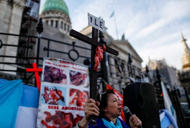 Marchan miles contra legalización del aborto en Argentina