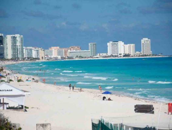 Inicia Cancún temporada alta con playas abiertas al 60%